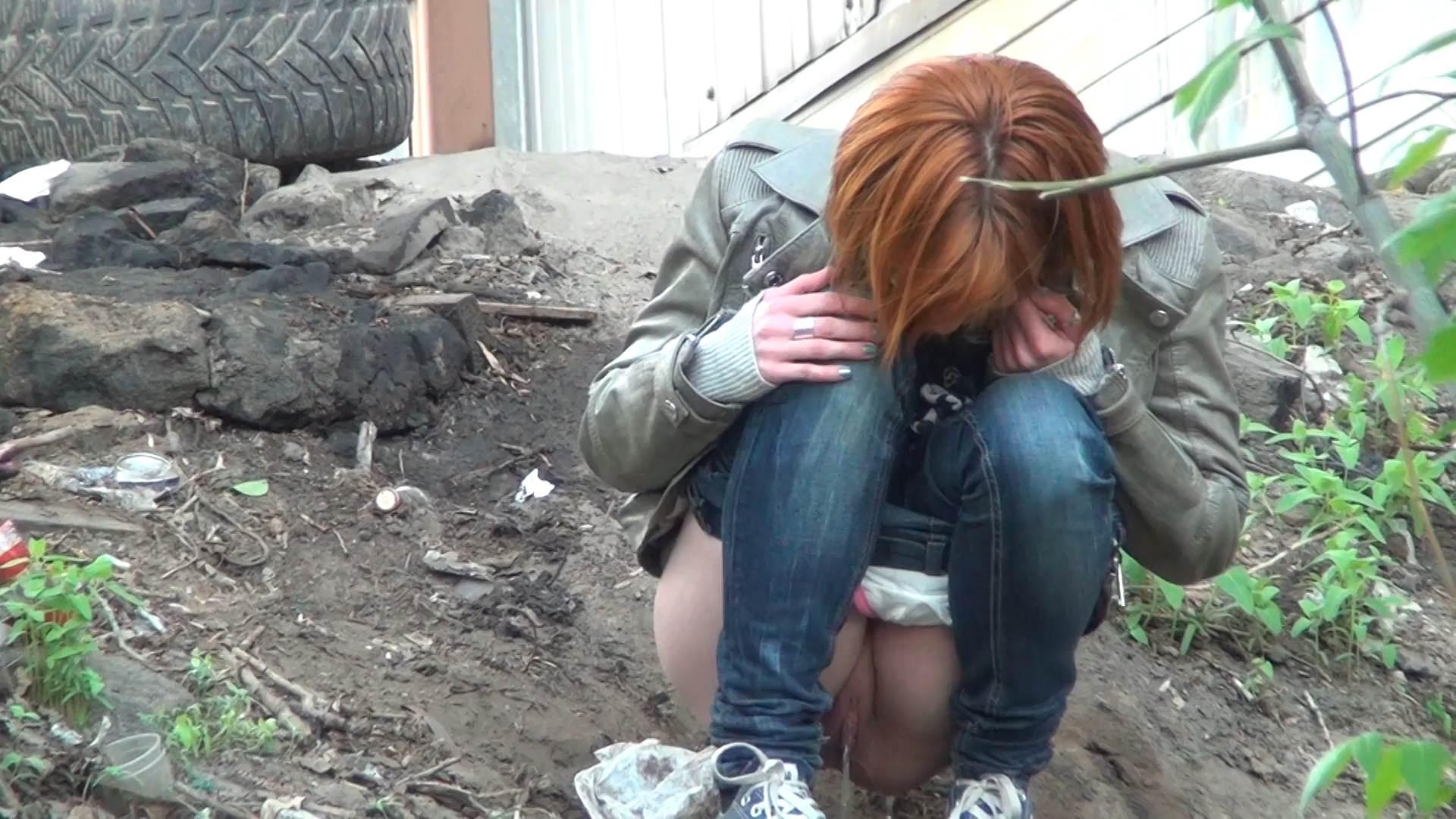 девушка мочится возле гаража онлайн - 8