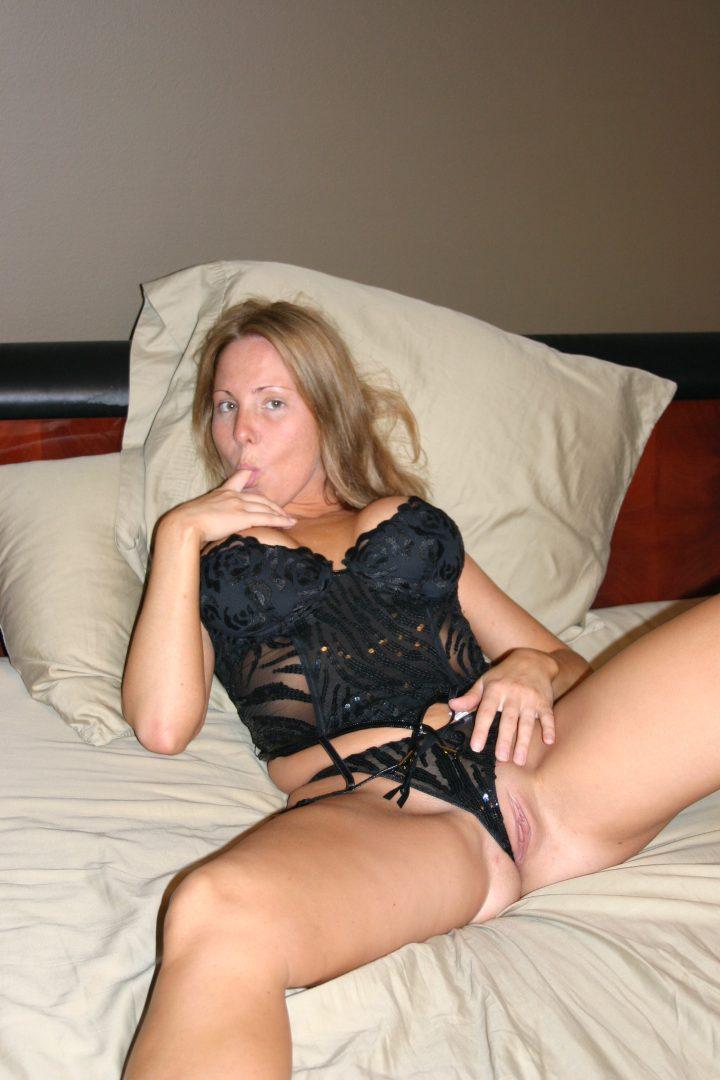 Luxury Girlfriend Posing & Sucking @ Home